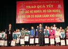 Tặng quà cho trẻ em nghèo vượt khó nhân dịp tết Bính Thân