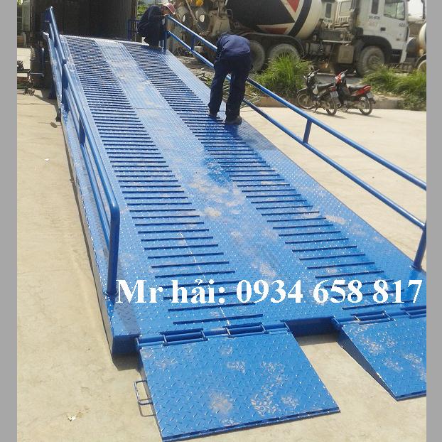 Chuyển sản xuất cầu dẫn xe nâng lên container theo yêu cầu