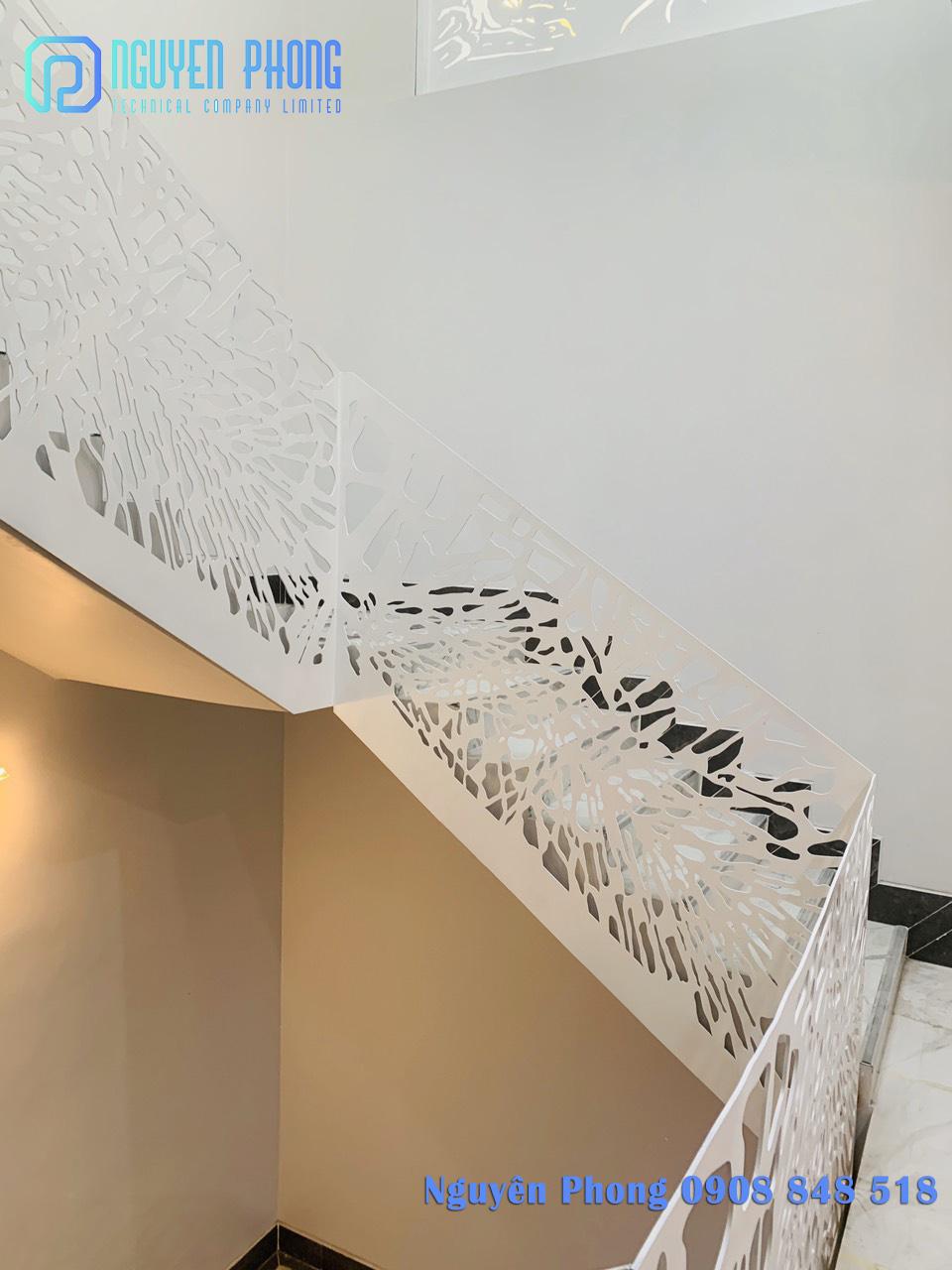 Cầu thang cắt CNC hoa văn hiện đại, thiết kế theo yêu cầu