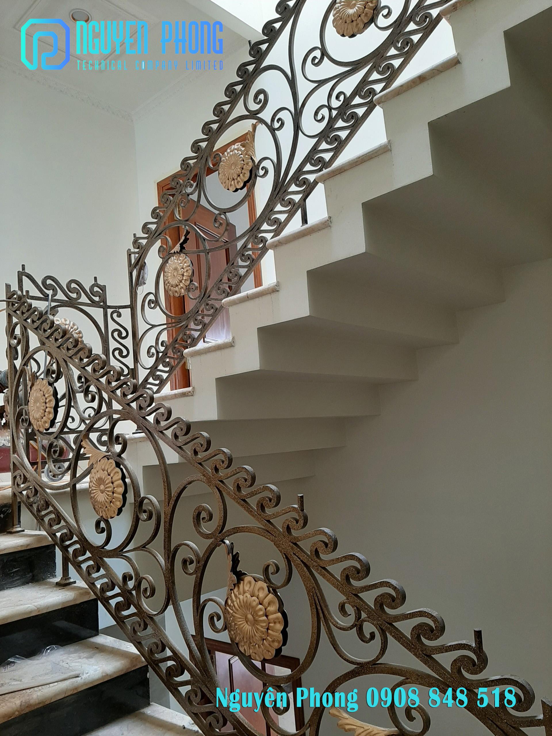 Cầu thang sắt hoa văn cổ điển cho biệt thự, nhà phố 2020