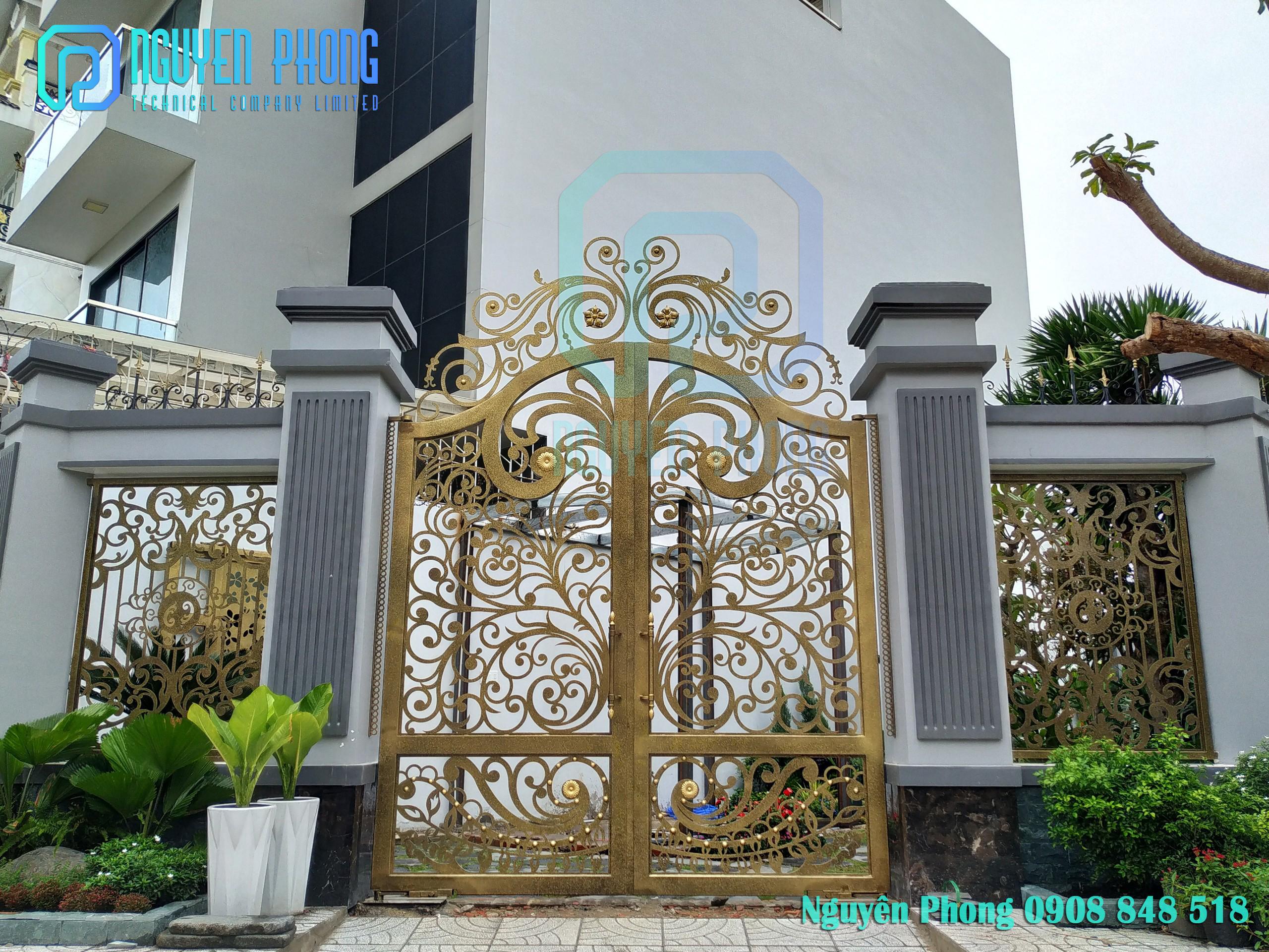 Cửa đi, cửa cổng 4 cánh hoa văn tùng cúc trúc mai đẹp, sơn epoxy 2 thành phần 4 lớp cao cấp
