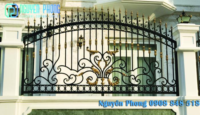 Hàng rào sắt mỹ thuật sơn epoxy cao cấp trang trí sân vườn và mặt tiền nhà đẹp