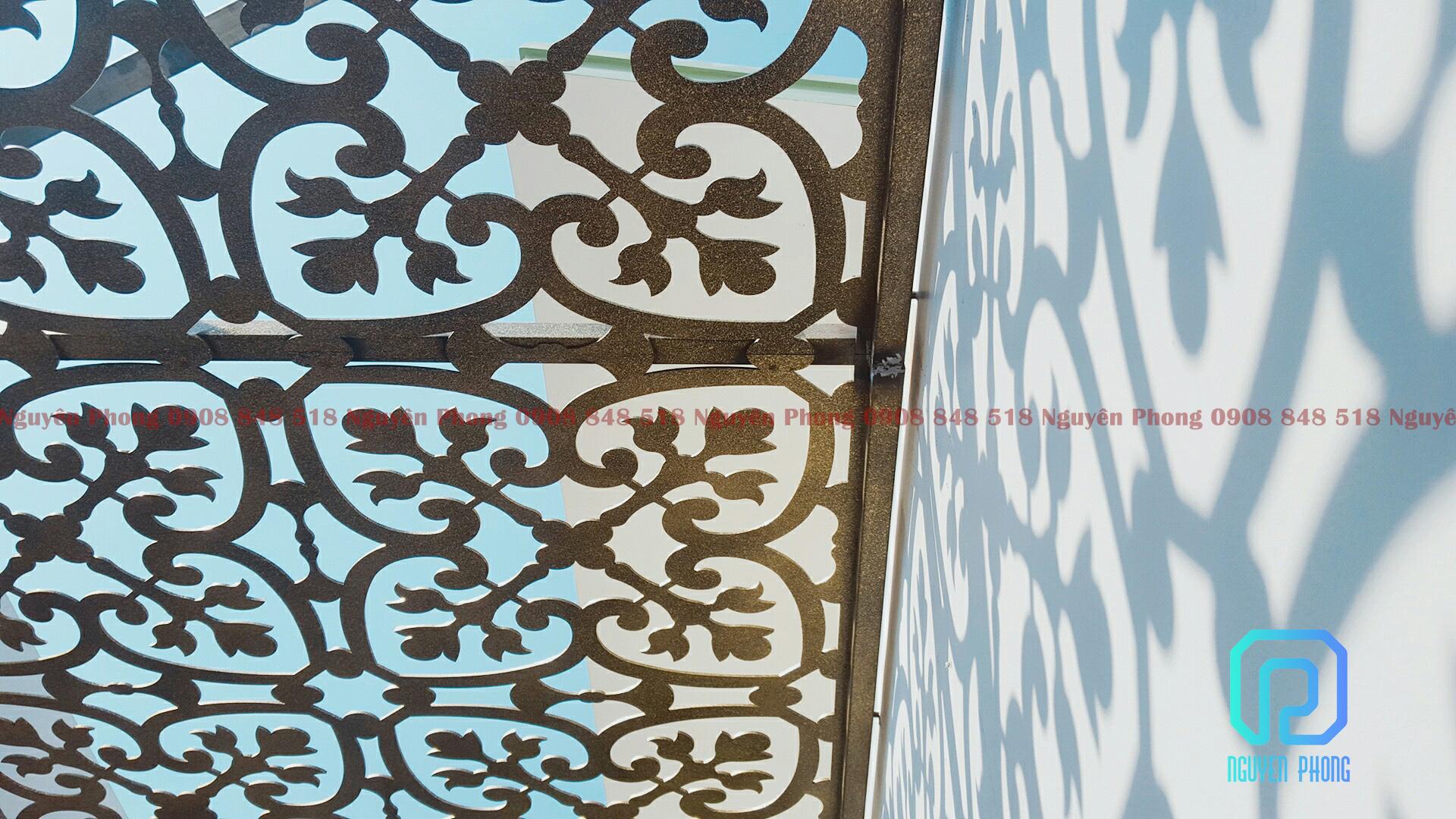 Mái đón, mái hiên trang trí mặt tiền với khung hoa văn sắt CNC hiện đại, lạ mắt