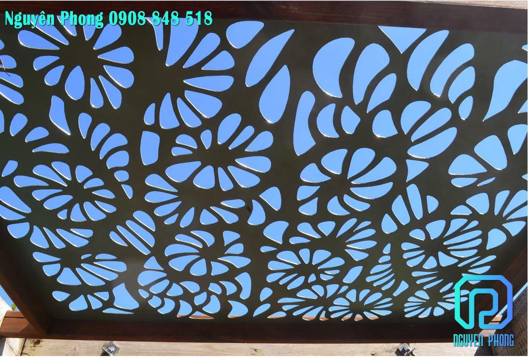 Mặt dựng, khung bảo vệ giếng trời hoa văn CNC tạo hoa nắng xinh xắn, độc đáo