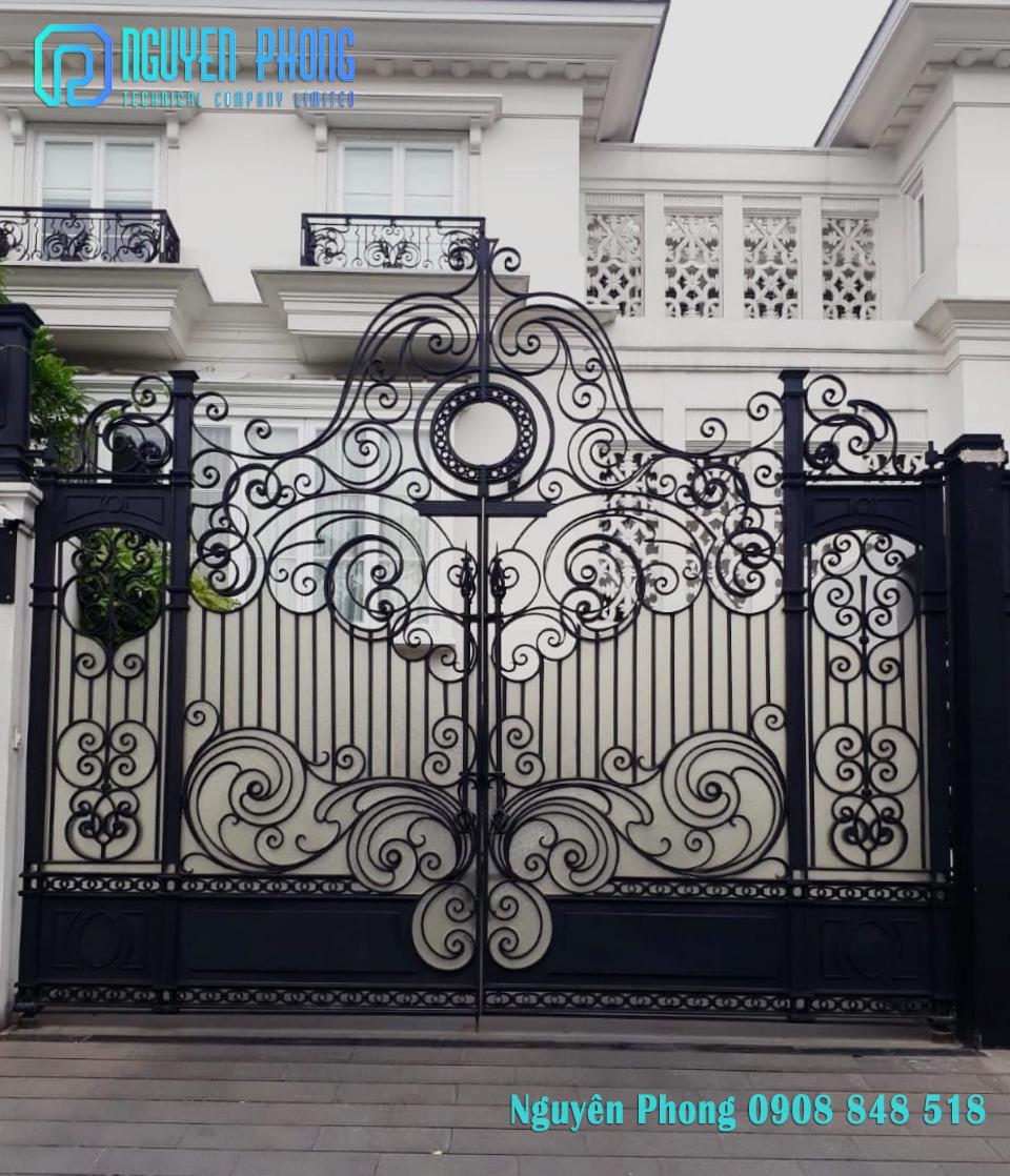 Mẫu cổng sắt uốn mỹ thuật sang trọng, tinh tế cho biệt thự, villa