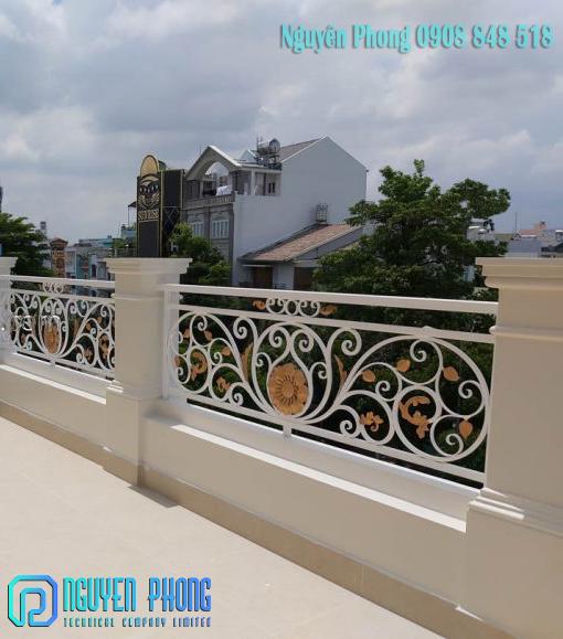 Mẫu lan can ban công sắt uốn mỹ thuật cổ điển sơn giả cổ, sơn vàng gold cho biệt thự, nhà phố