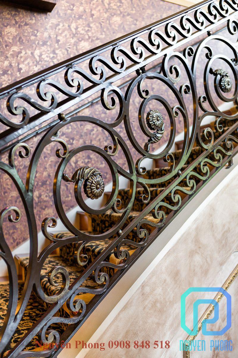 Mẫu lan can cầu thang sắt uốn mỹ thuật đẹp cho biệt thự, kiến trúc cổ điển