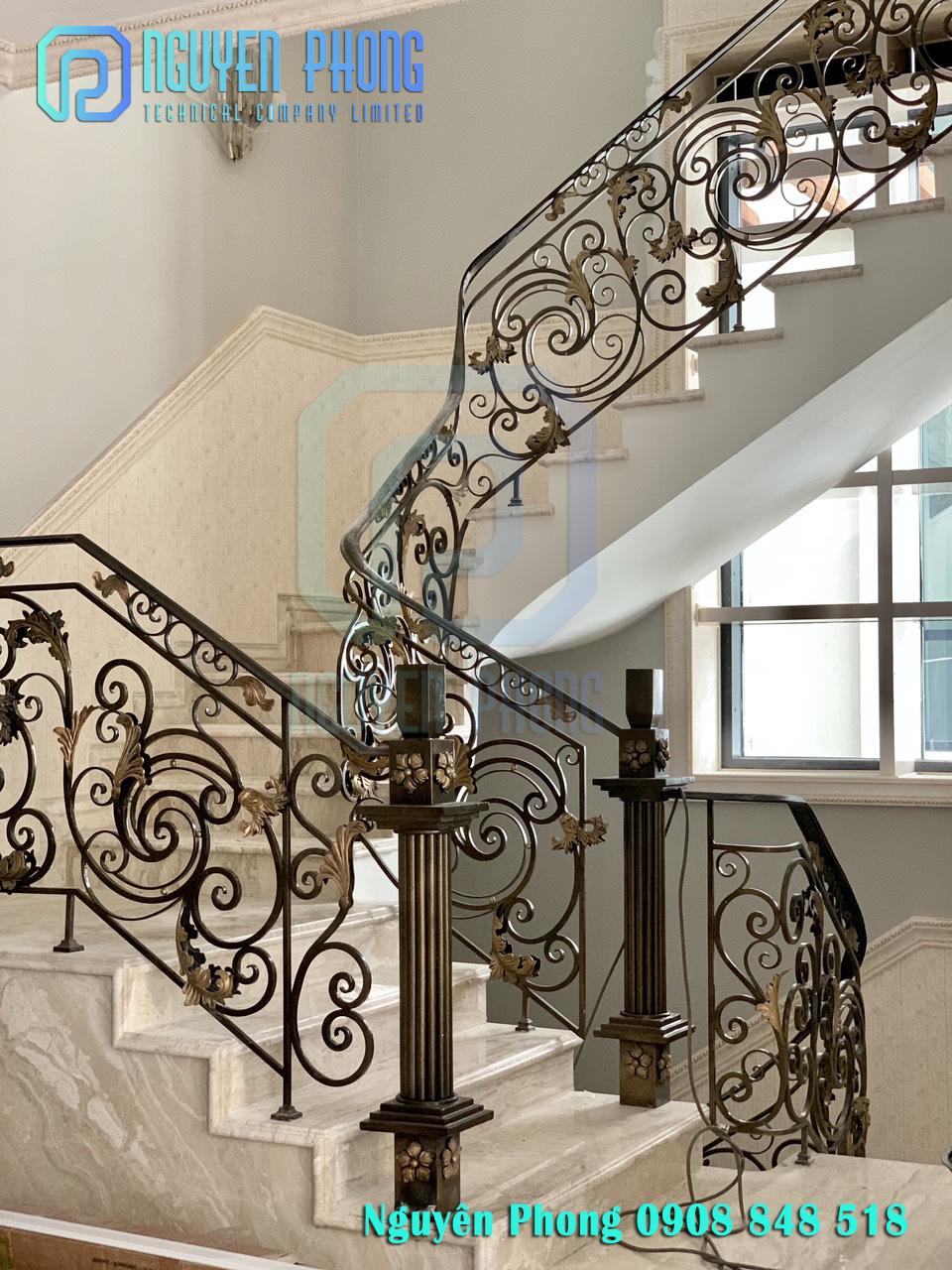 Thiết kế, gia công cầu thang sắt uốn mỹ thuật cổ điển đẹp sang trọng