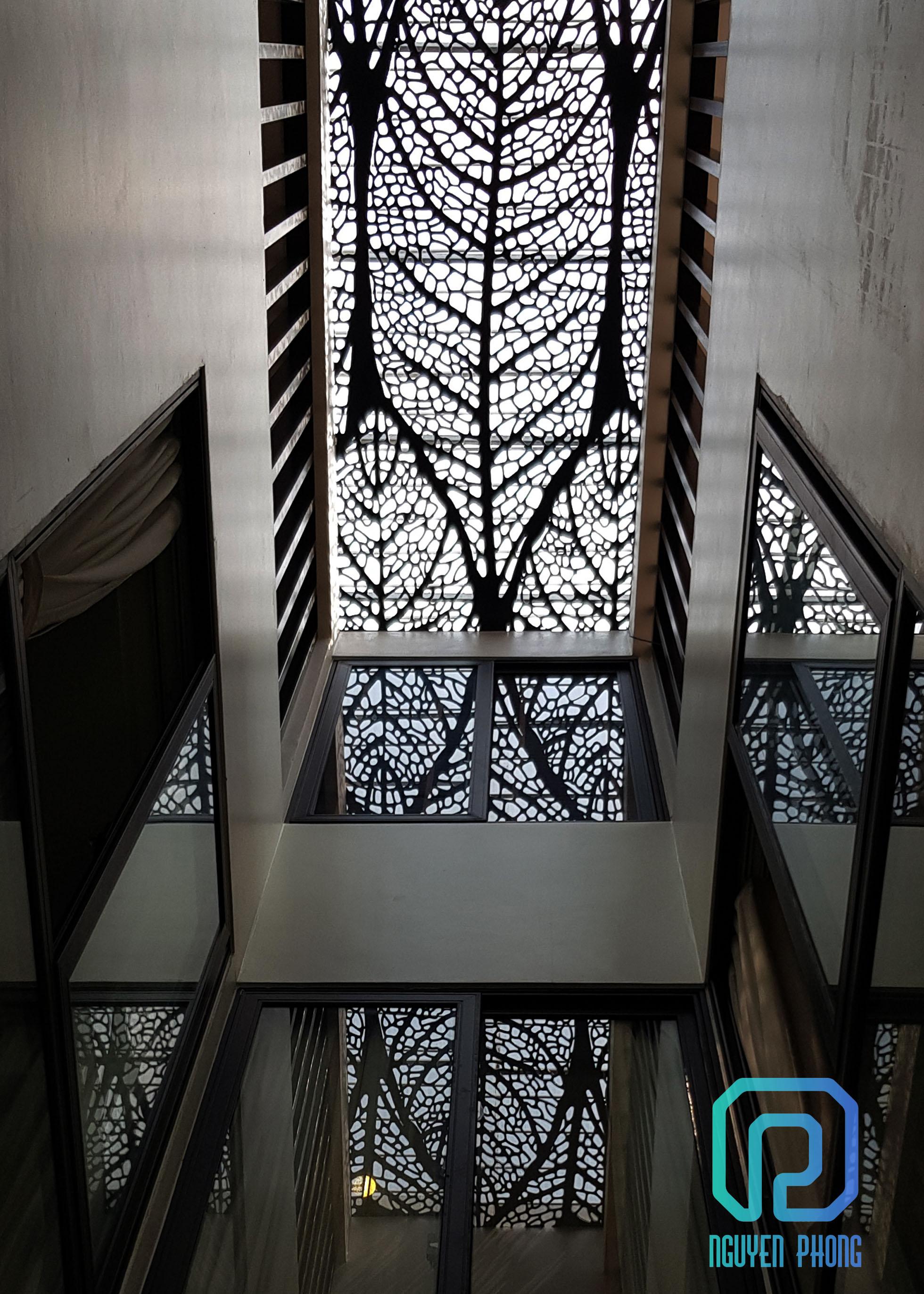Thiết kế, gia công thi công khung trang trí giếng trời hoa văn nghệ thuật độc đáo, xinh xắn cho biệt thự, villa, showroom, khách sạn