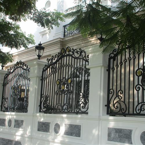 Thiết kế, gia công, thi công trọn gói hàng rào sắt mỹ thuật đẳng cấp cho biệt thự, villa 2021