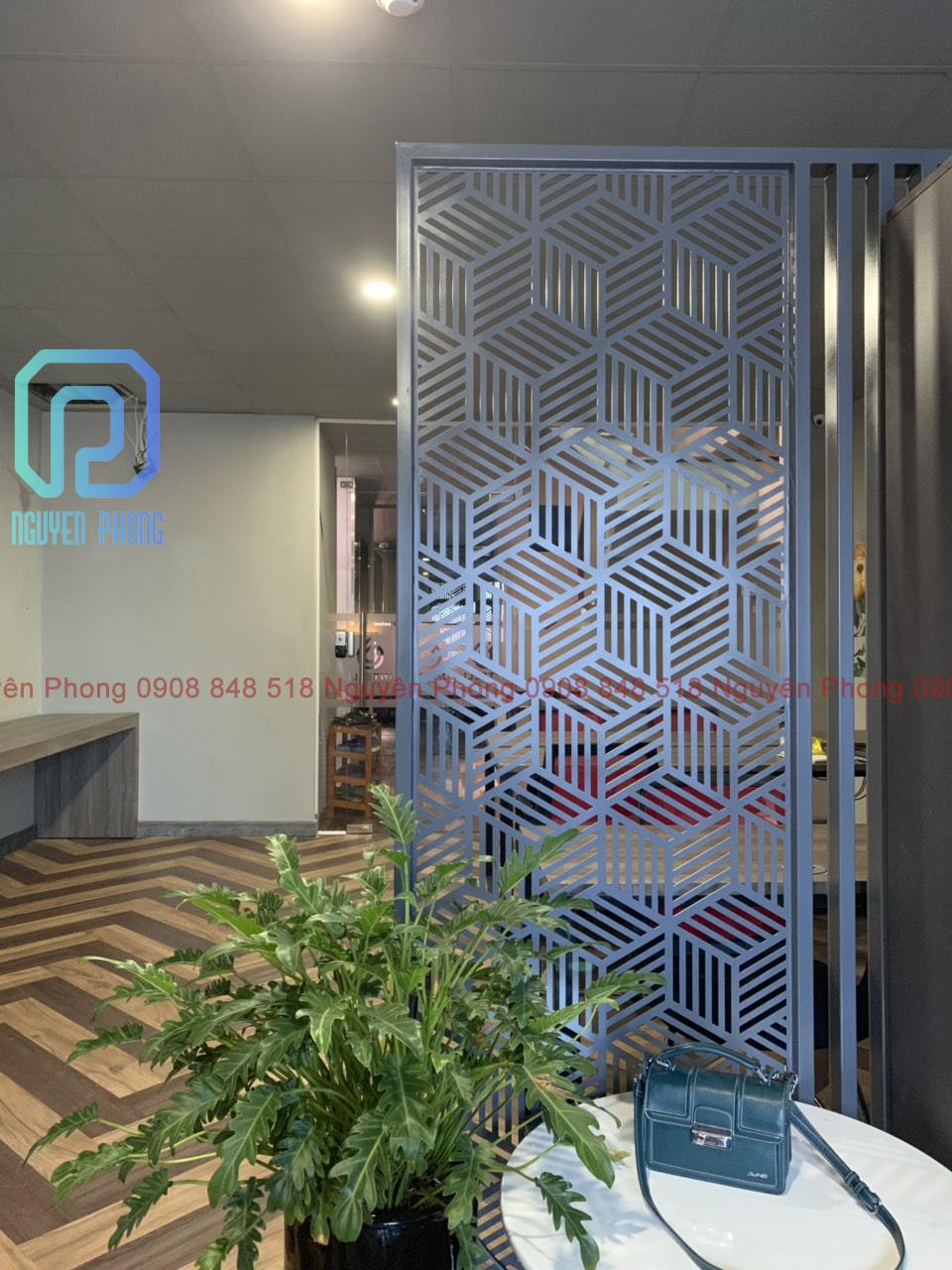Vách ngăn kim loại cắt CNC hoa văn theo yêu cầu, sơn epoxy bền đẹp cho văn phòng