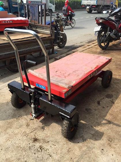 Xe nâng cây cảnh 500kg có mặt bàn nâng và bánh hơi lớn