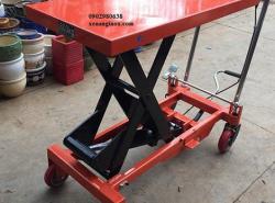 Xe nâng mặt bàn 800kg nâng cao 1.5 mét