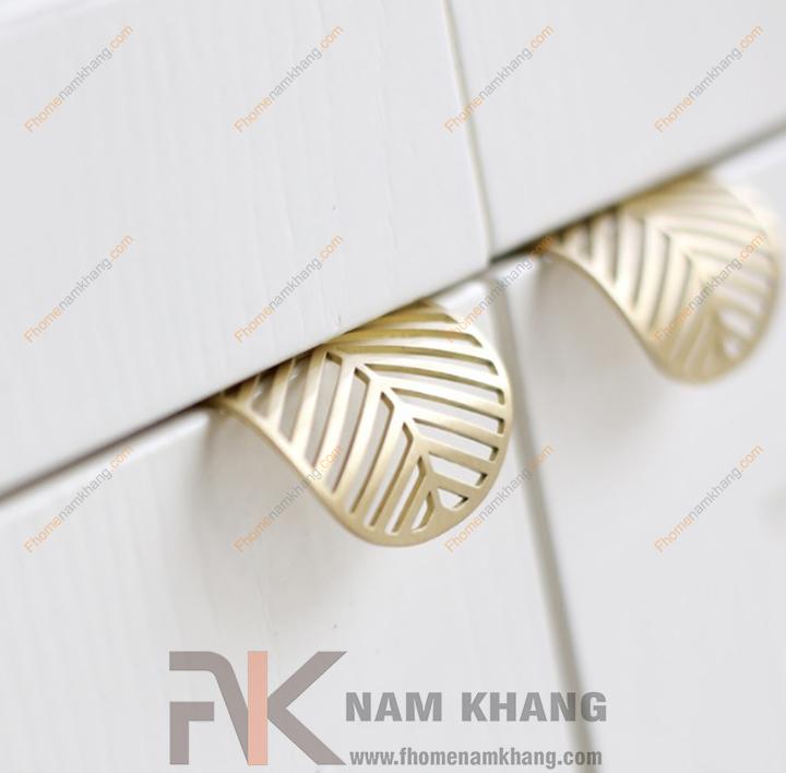 Tay nắm tủ dạng lá NK233-VM (Màu Vàng Mờ, 2 vít cách nhau 32mm)