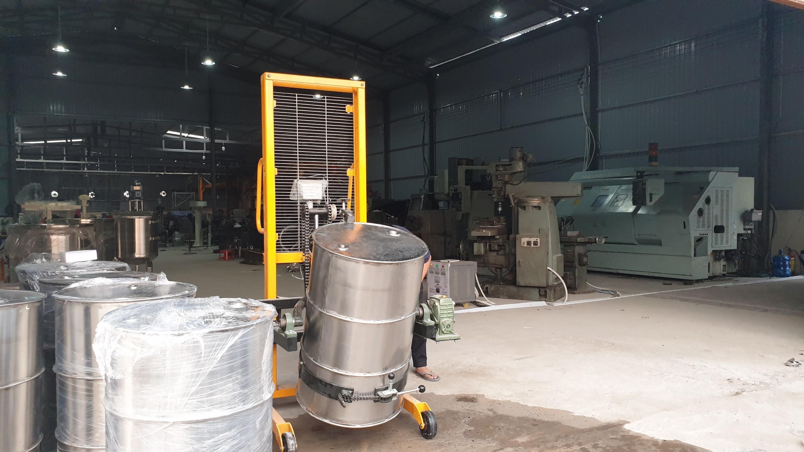 xe nâng quay đổ thùng phuy có cân DA 450-1
